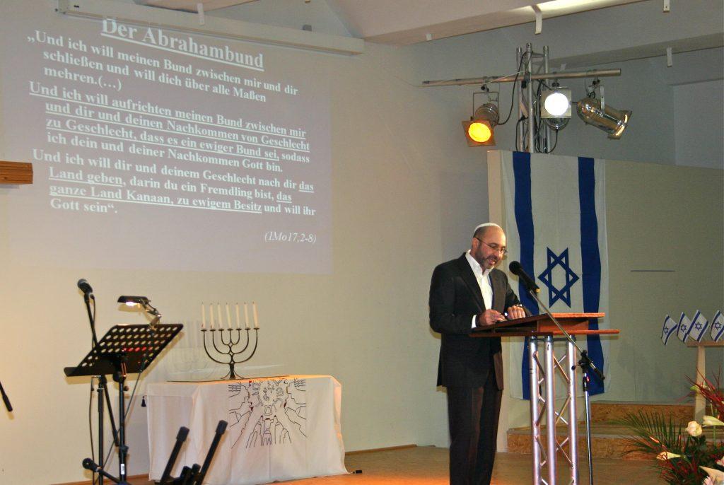 Anatoli Uschomirski während seines Vortrages
