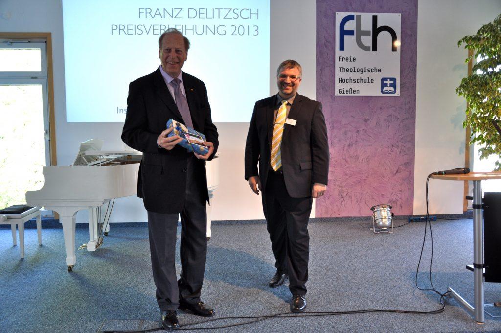 Fritz May nimmt ein kleines Präsent anlässlich seines Geburtstages entgegen
