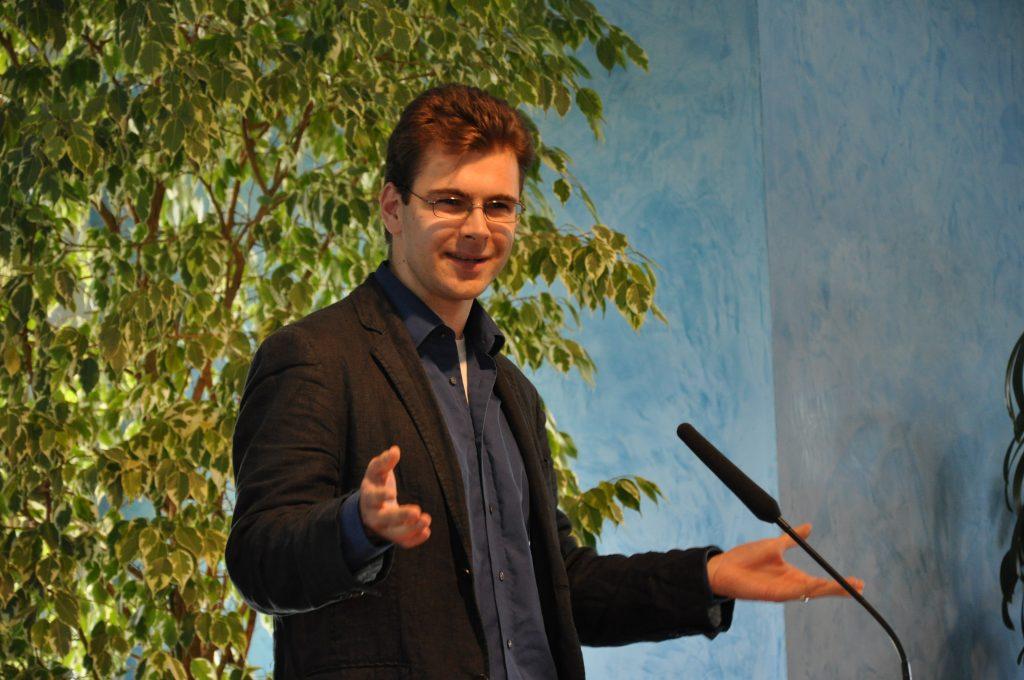 Der Preisträger in Interaktion mit dem Publikum