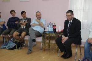 Gespräch mit M. Privorozki (3. v. l.) und Rabbi A. Kahanovsky (r.) im Gemeindezentrum der jüdischen Gemeinde Halle/Saale