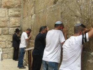 Betende Männer an der Klagemauer