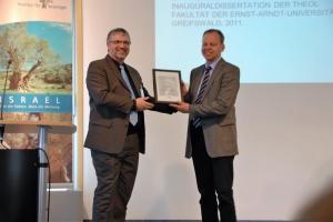 Pfr. Dr. B. Schwarz (l.) überreicht Dr. E. Hirschfeld (r.) den Franz-Delitzsch-Förderpreis